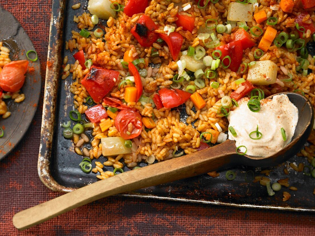 Vegetable paella with kohlrabi, peppers and carrots
