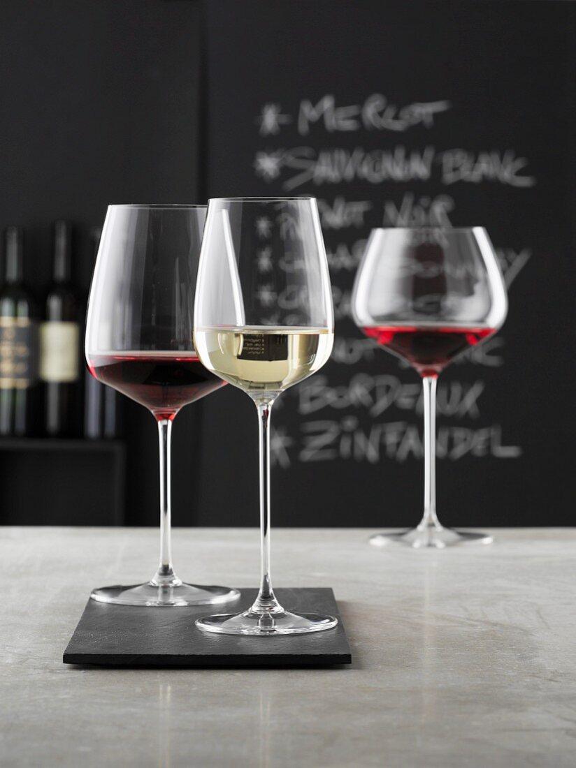 Weingläser in einer Vinothek
