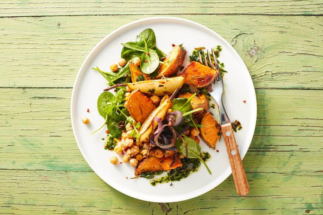 Veganes Ofengemüse mit Süsskartoffeln, Birnen, Kichererbsen und Kräuterpesto