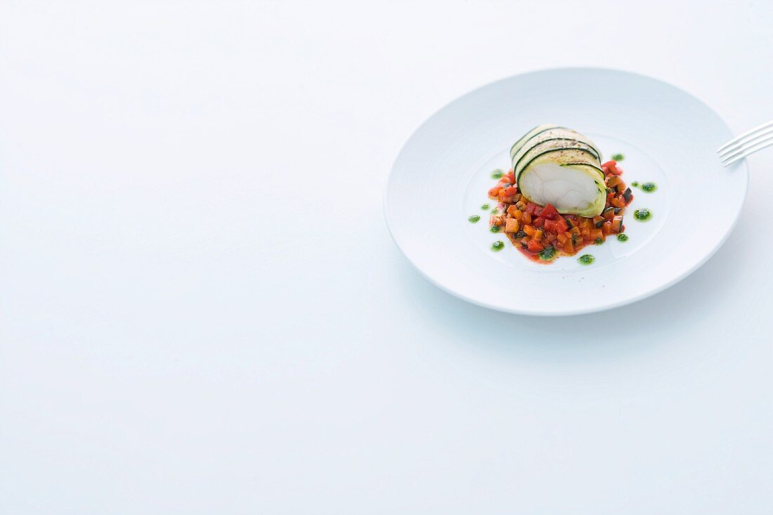 Seeteufel in Zucchinimantel auf Paprika-Gemüse