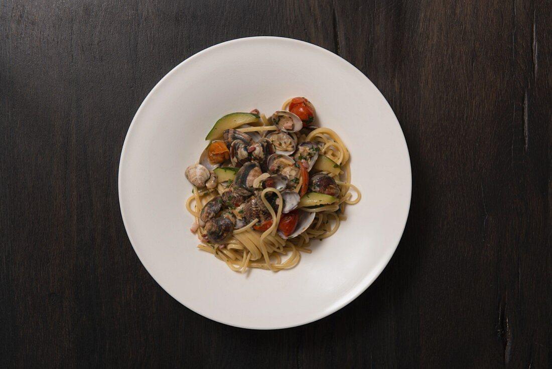 Linguine mit Venusmuscheln, Zucchini und Pancetta