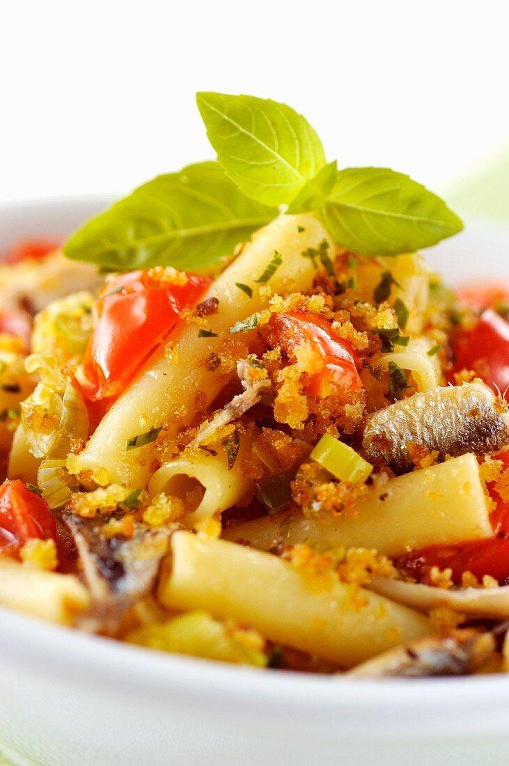 Maccheroni con pomodorini, acciughe e basilico (pasta with cherry tomatoes and anchovies, Italy)