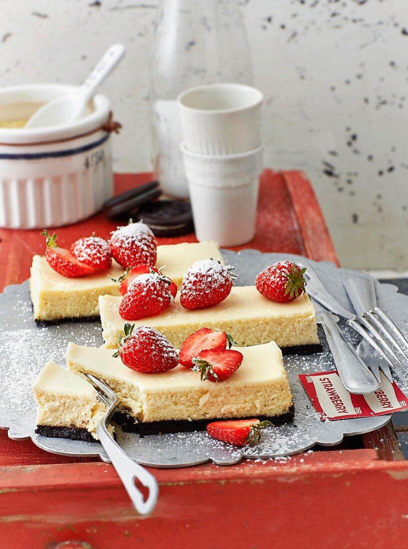 Strawberry Cheesecake Bars mit Oreo-Keksboden (USA)