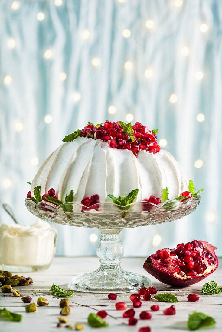 Pavlova mit Granatapfelkernen und Pistazien (weihnachtlich)