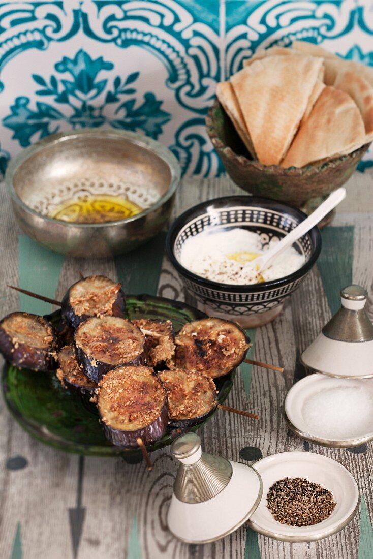 Gegrillte Auberginen mit Joghurtdip und Pitabrot (Marokko)