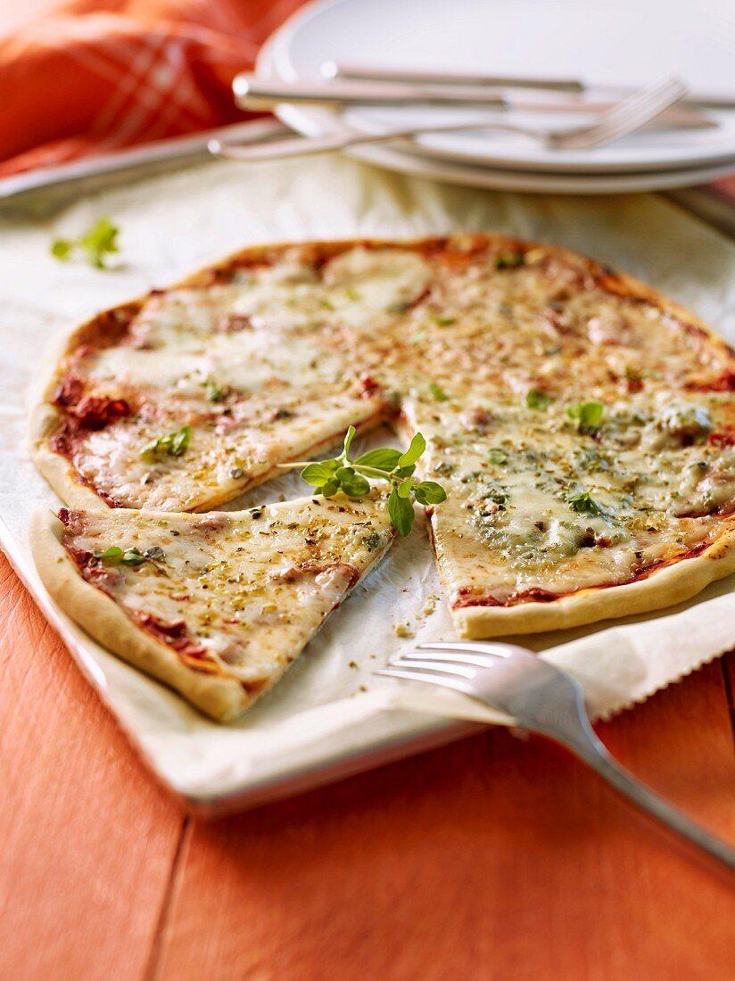 Vier-Käse-Pizza, angeschnitten