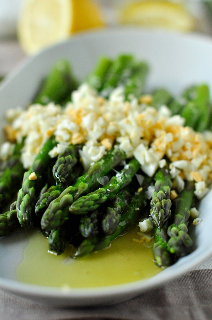 Flemish asparagus with chopped eggs