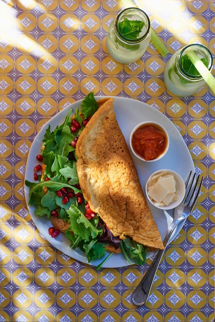 Omelette with rocket and pomegranate seeds (seen from above)