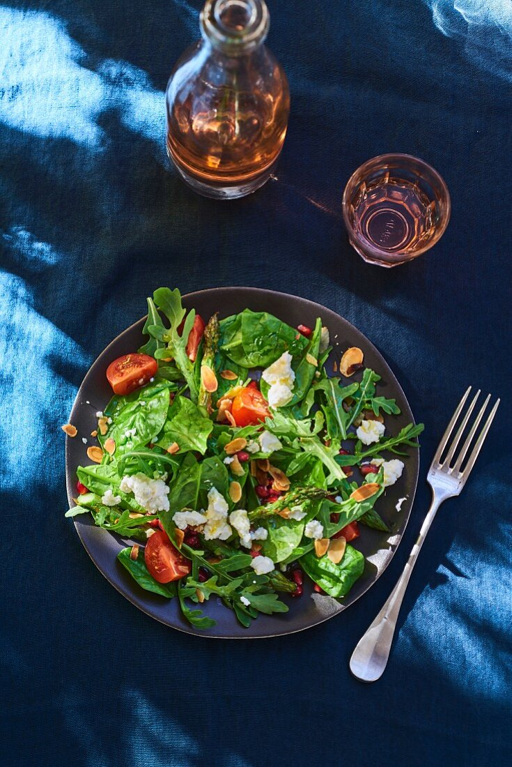 Rocket and spinach salad with tomatoes and flaked almonds