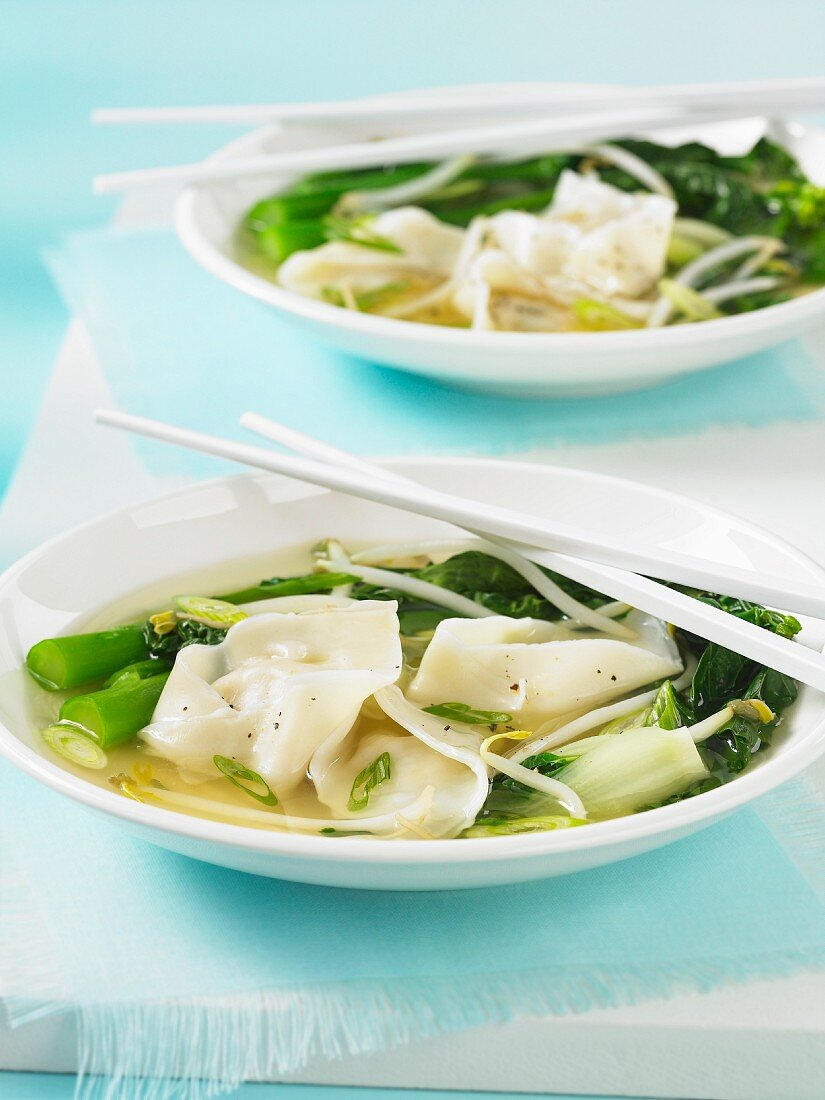 Wonton soup with beansprouts (China)