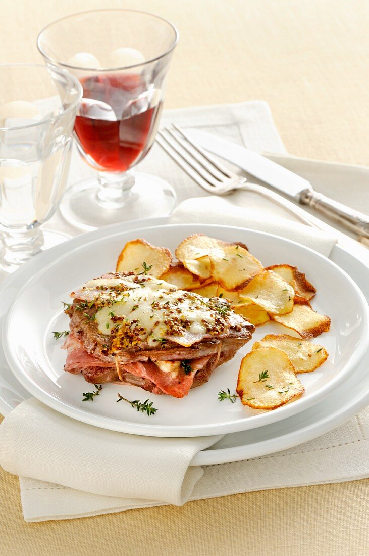 Leaflet with ham and Greyerzer cheese served with crispy potato chips