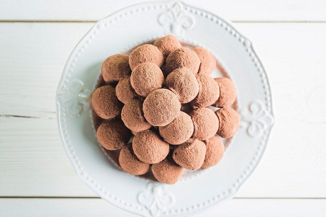 Ein Haufen Schokoladenpralinen auf weißem Teller