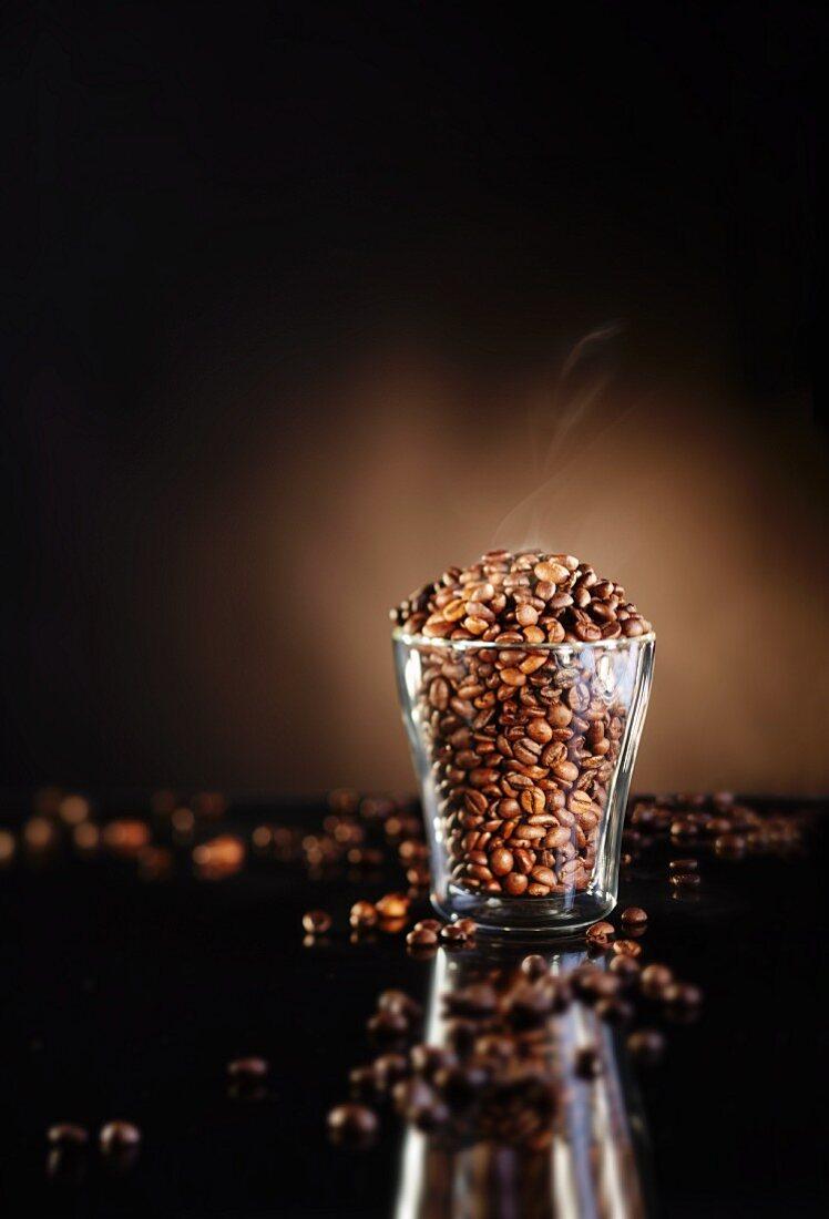 Kaffeebohnen, frisch geröstet, im Glas
