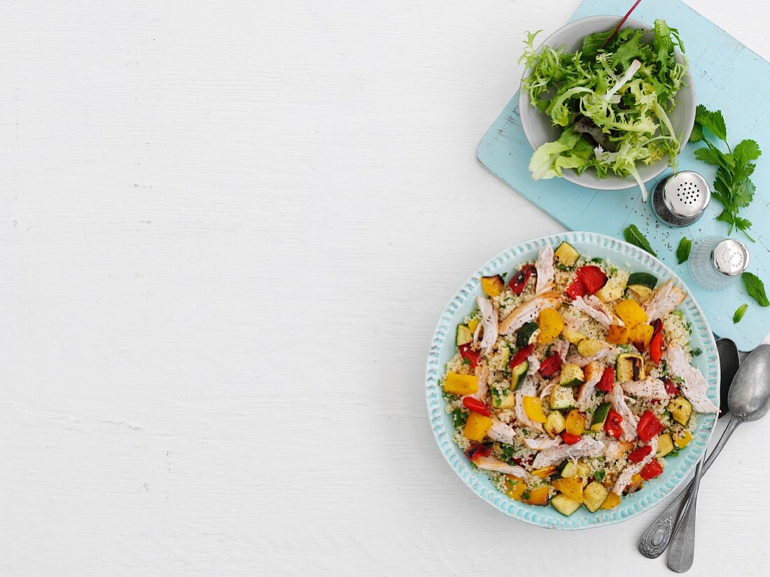 Sommerlicher Couscoussalat mit Hähnchen und Gemüse
