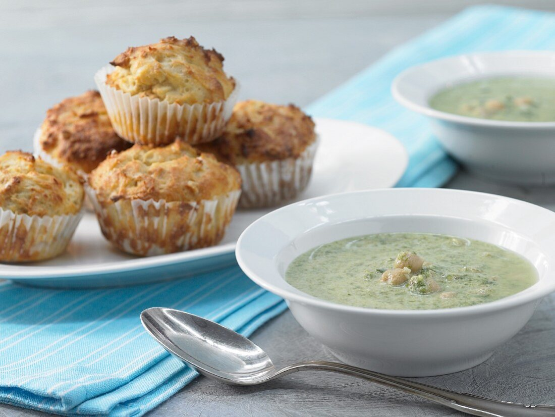 Spinach soup with peanut muffins