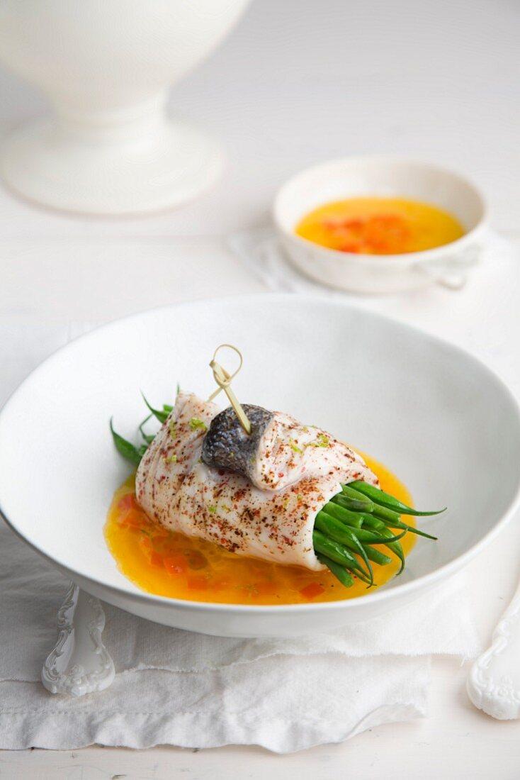 Fischröllchen mit grünen Bohnen auf Curry-Butter-Sauce