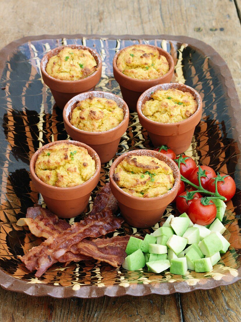 Cornbreads in flowerpots with bacon and avocado