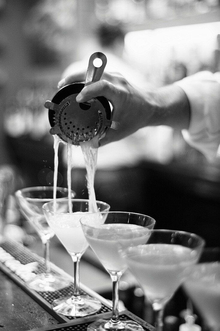 Martinis servieren in einer Bar
