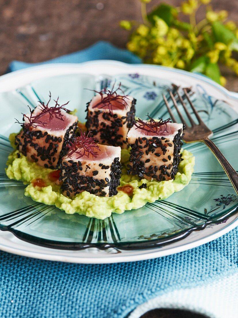 Seared tuna with algae on avocado cream