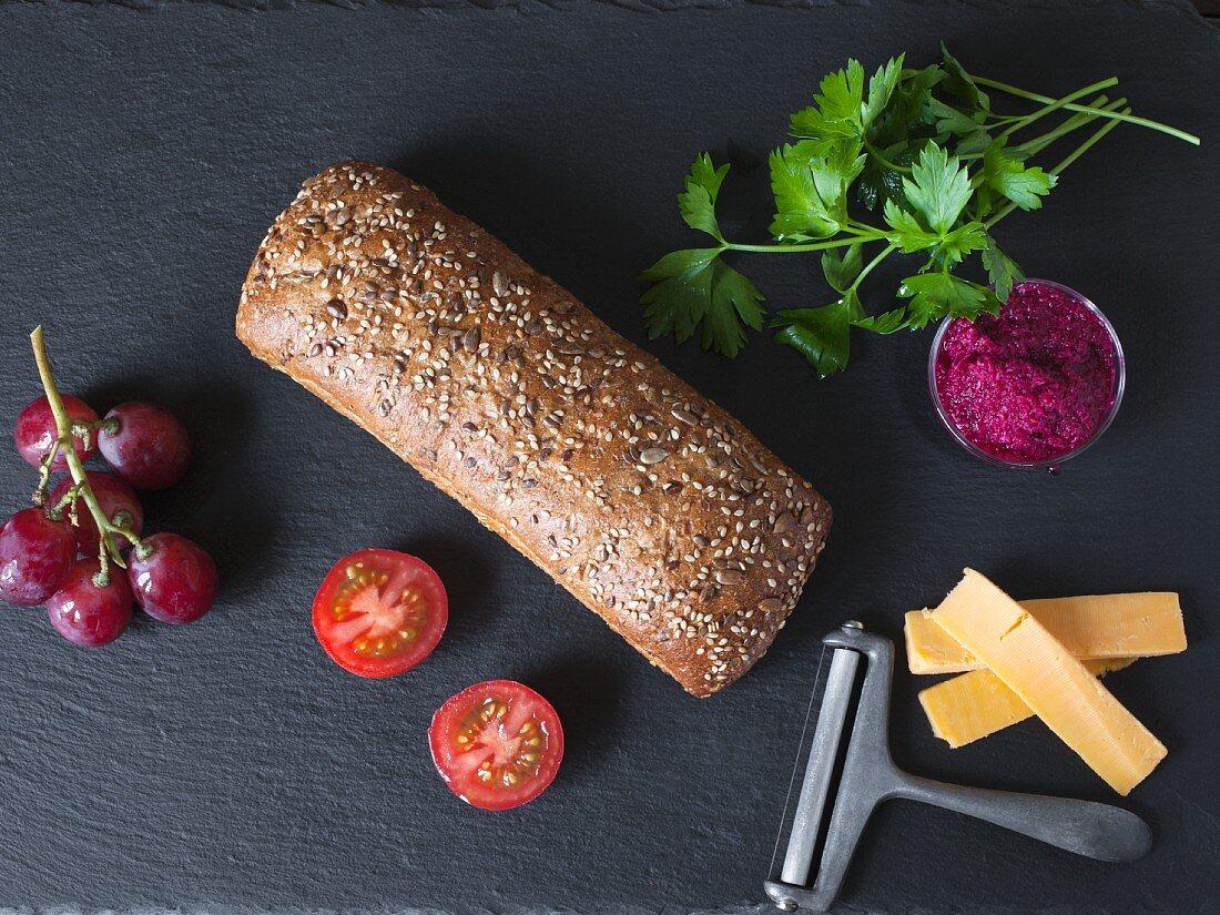 Brotlaib und Zutaten für Sandwiches