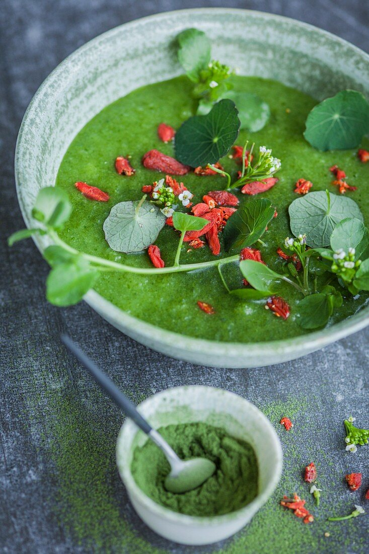 A green smoothie bowl with cress, wheatgrass powder, and goji berries (Superfood)
