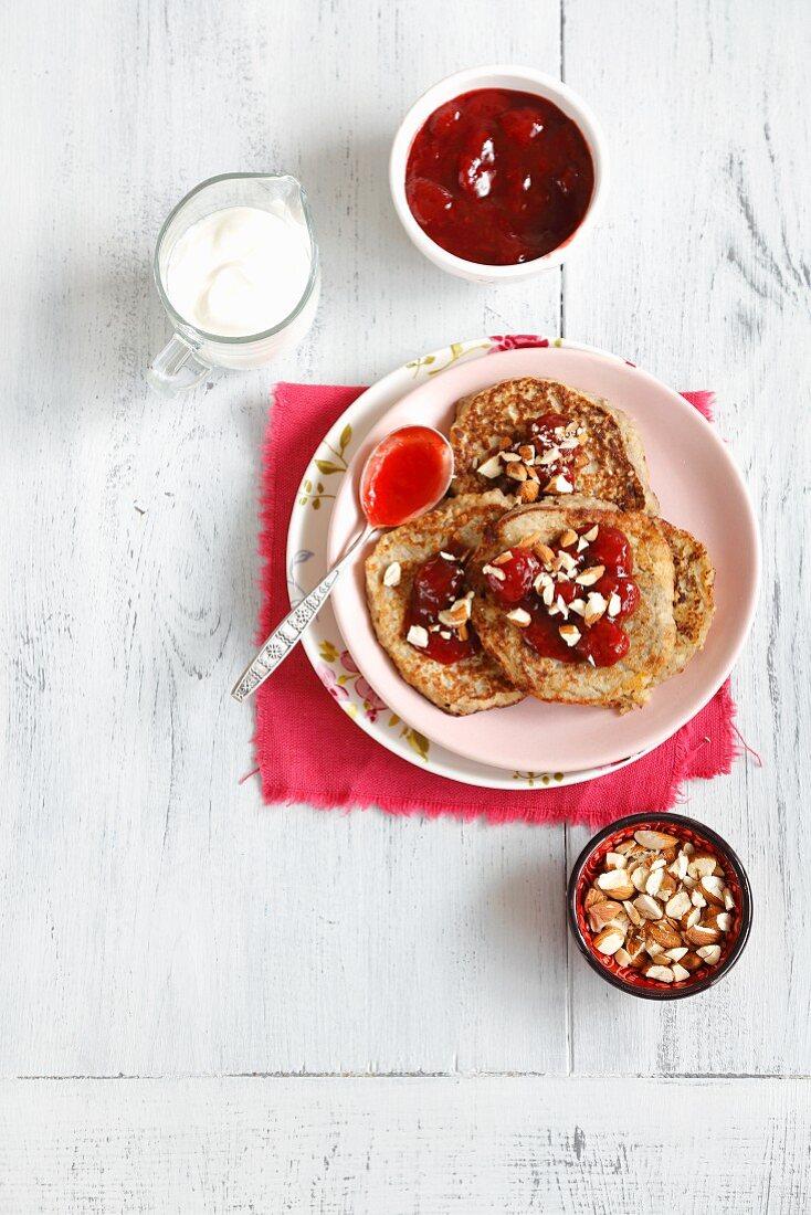 Couscous-Pancakes mit Bananen, Erdbeermarmelade und Mandeln