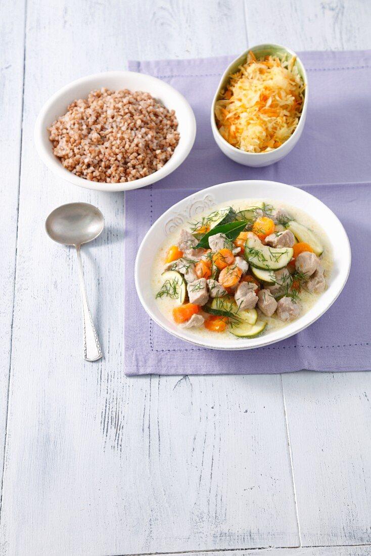 Schweinegulasch mit Gemüse dazu Buchweizen und Sauerkrautsalat