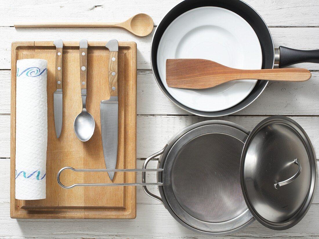 Küchenutensilien für die Zubereitung von Spinat-Aprikosen-Gemüse mit Fisch