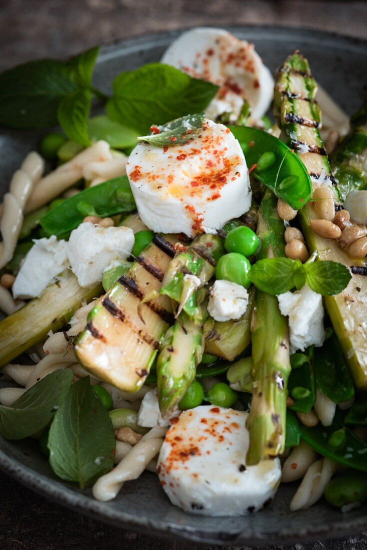 Pasta with beans, grilled asparagus, goats' cheese and mint