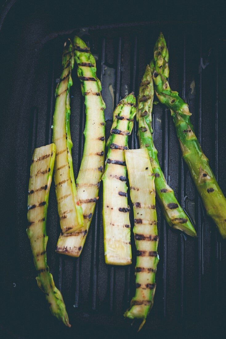 Gtilled green asparagus in a grill pan
