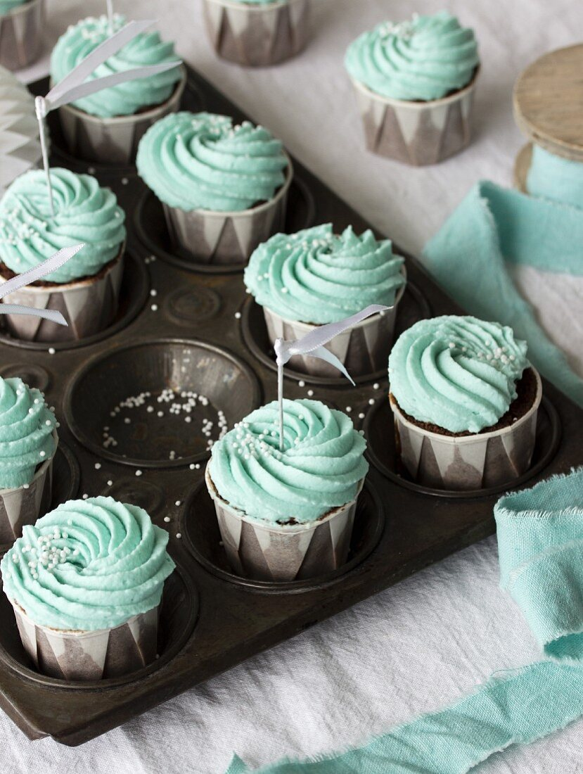 Schoko-Cupcakes mit mintfarbenem Frosting