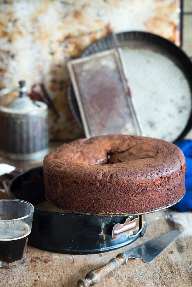 Schokoladenkuchen mit Mascarponefüllung, in der Mitte eingesunken