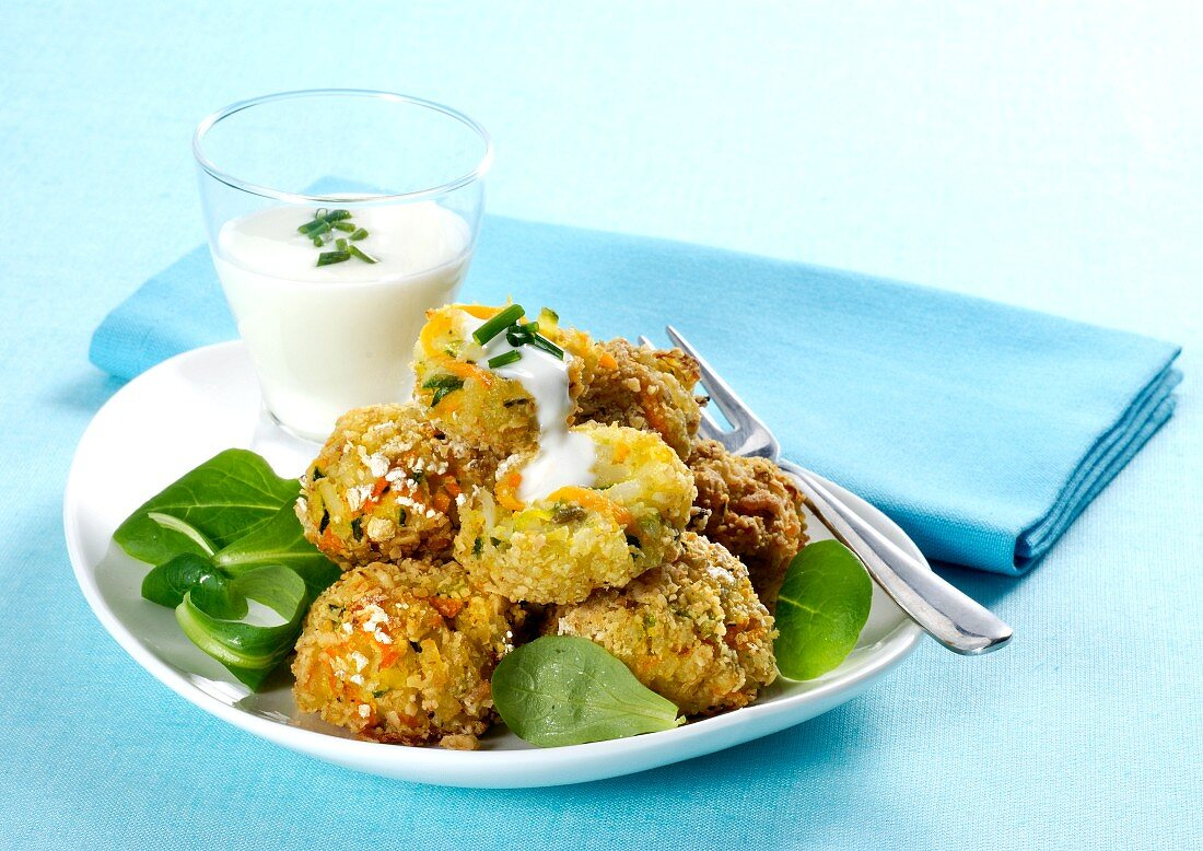 Vegetable & rice fritters with yoghurt sauce
