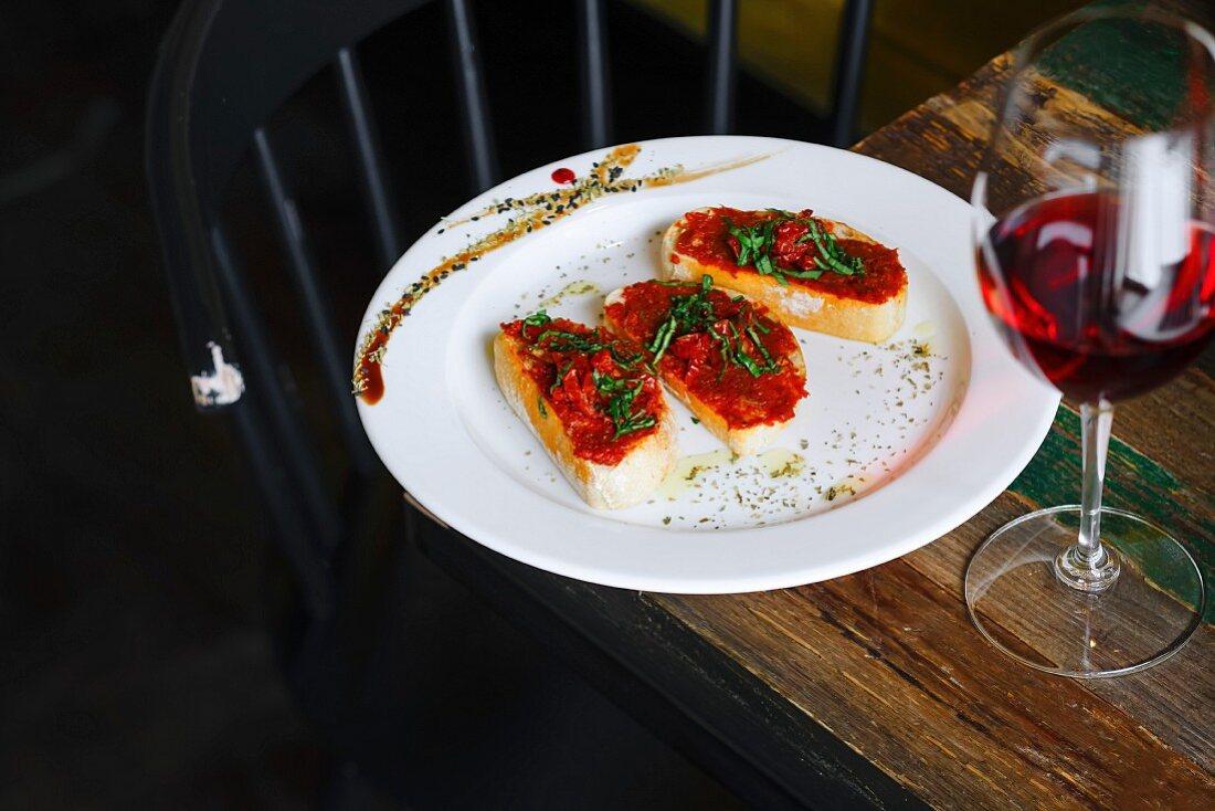 Bruschetta mit getrockneten Tomaten und ein Glas Rotwein