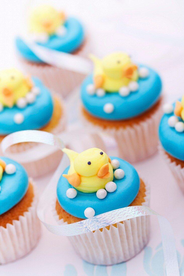 Cupcakes mit Fondant-Badeente für eine Baby Shower Party
