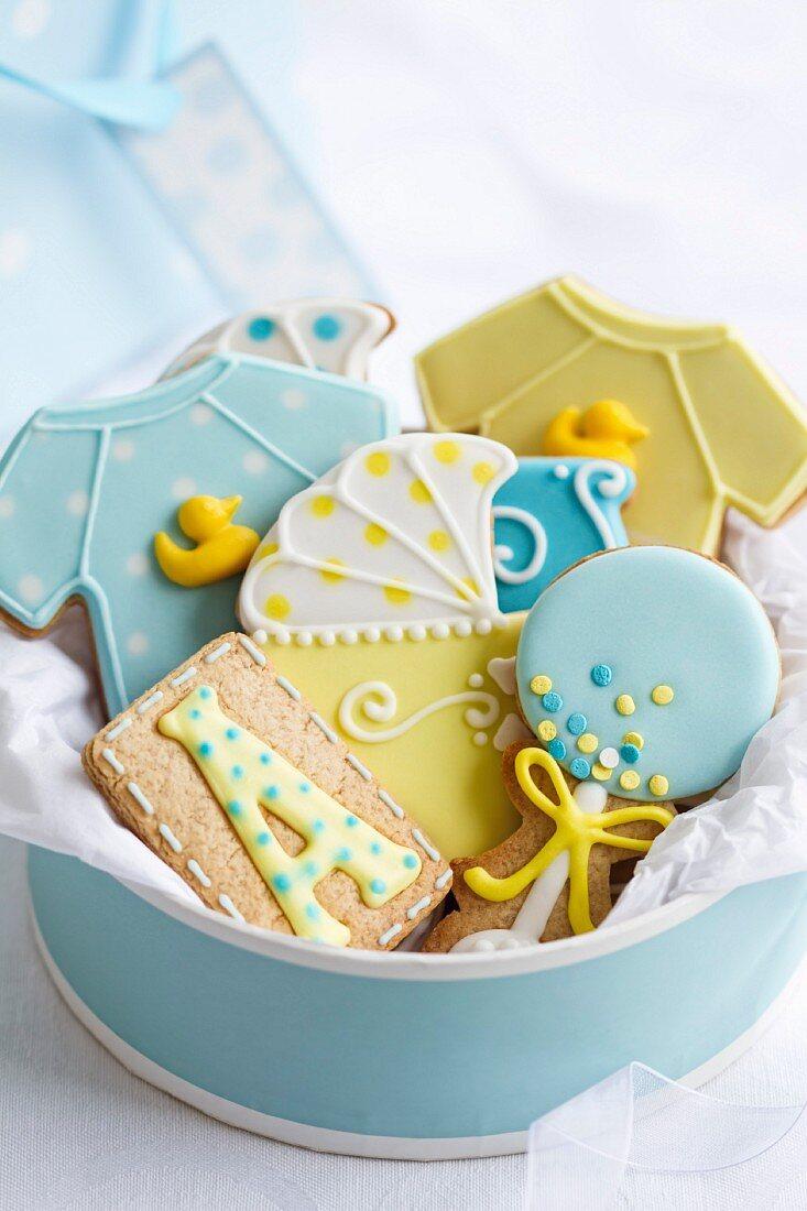 Geschenkbox mit verzierten Plätzchen für eine Baby Shower Party