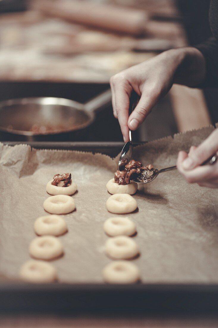Plätzchen mit karamellisierten Nüssen füllen