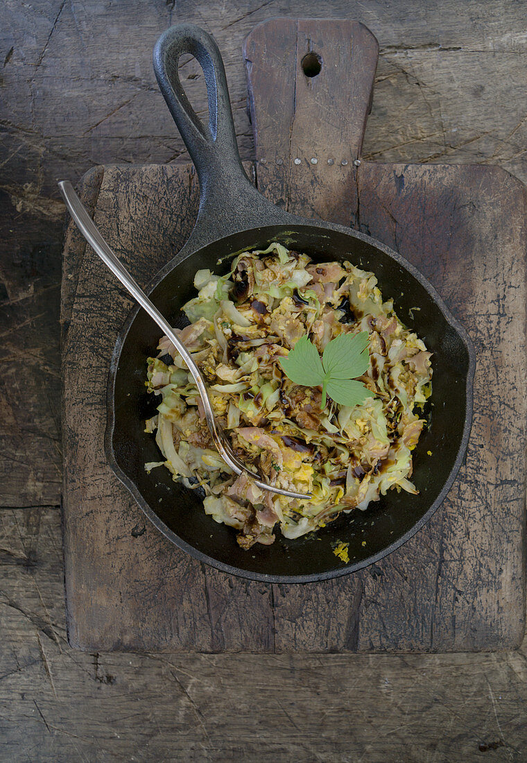 Scrambled eggs with ham and pointed cabbage with balsamic vinegar and loveage