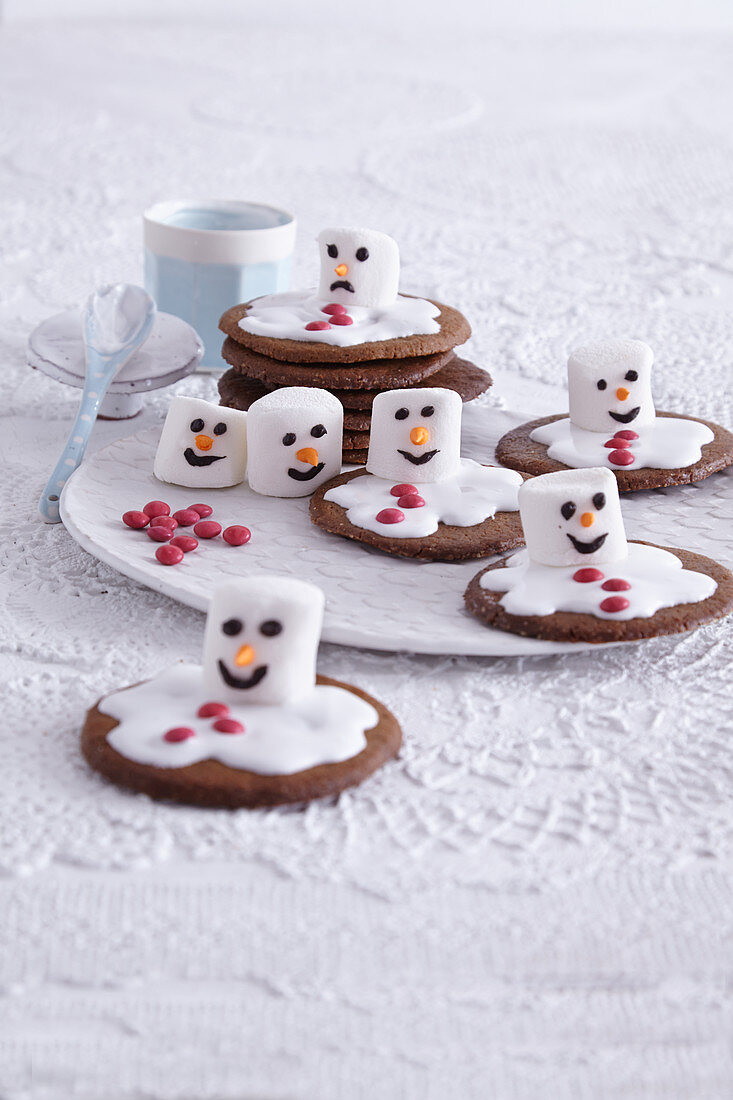 Melted snowmen made from marshmallows (Christmas biscuits, USA)