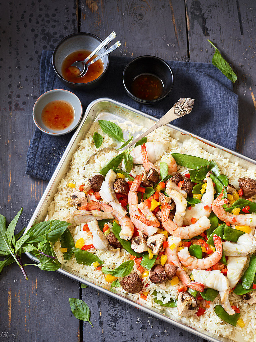 Oven-baked Thai-style prawns with vegetables, mushrooms and rice