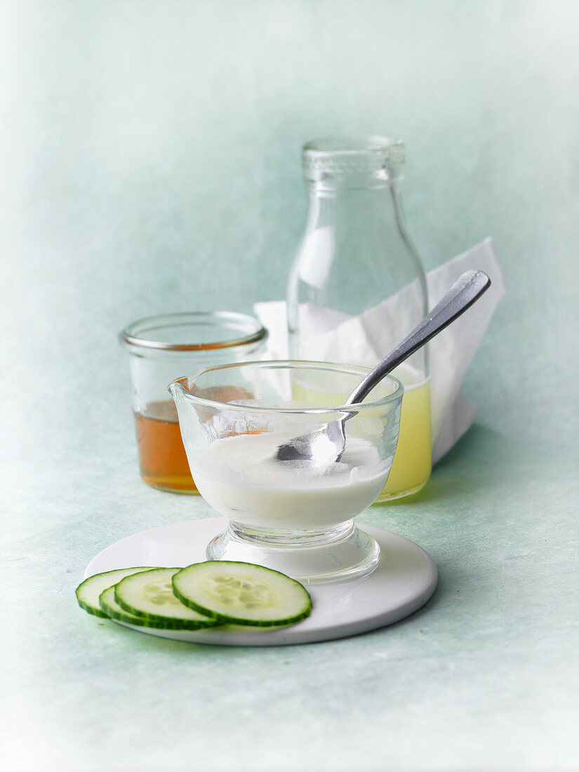 Regenerating facial mask made from quark, honey and whey with cucumber