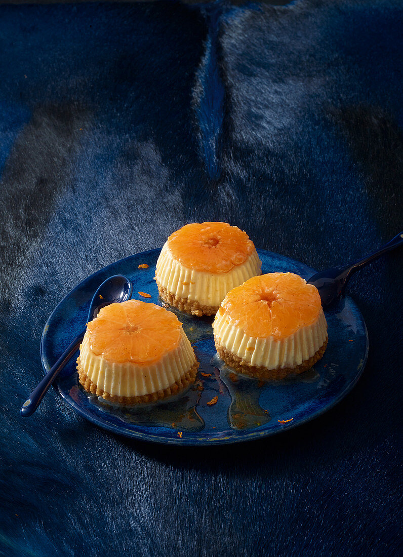 Mini cheesecakes with clementines