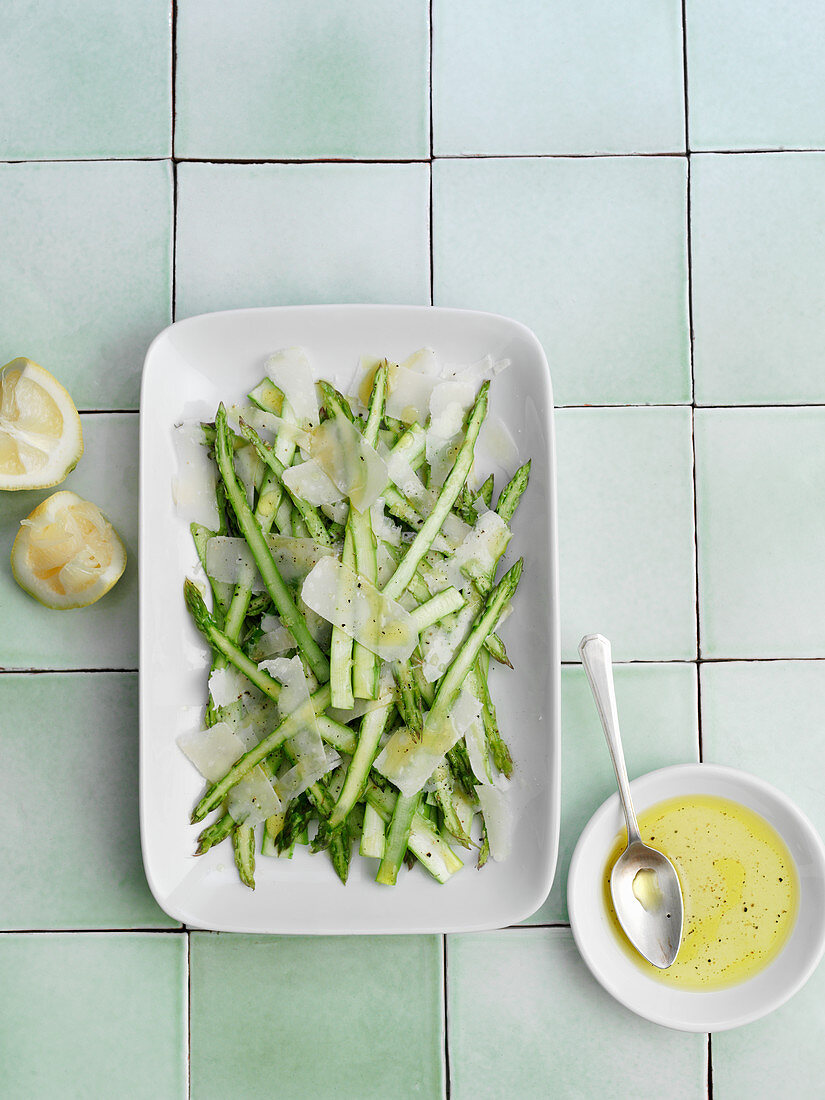 Quick asparagus salad with a lime dressing