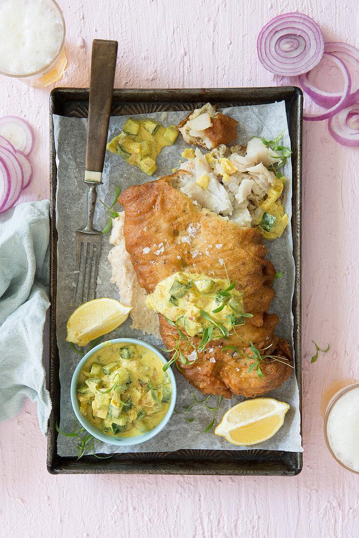 Fisch im Bierteig mit gelber Gurken-Zwiebel-Sauce