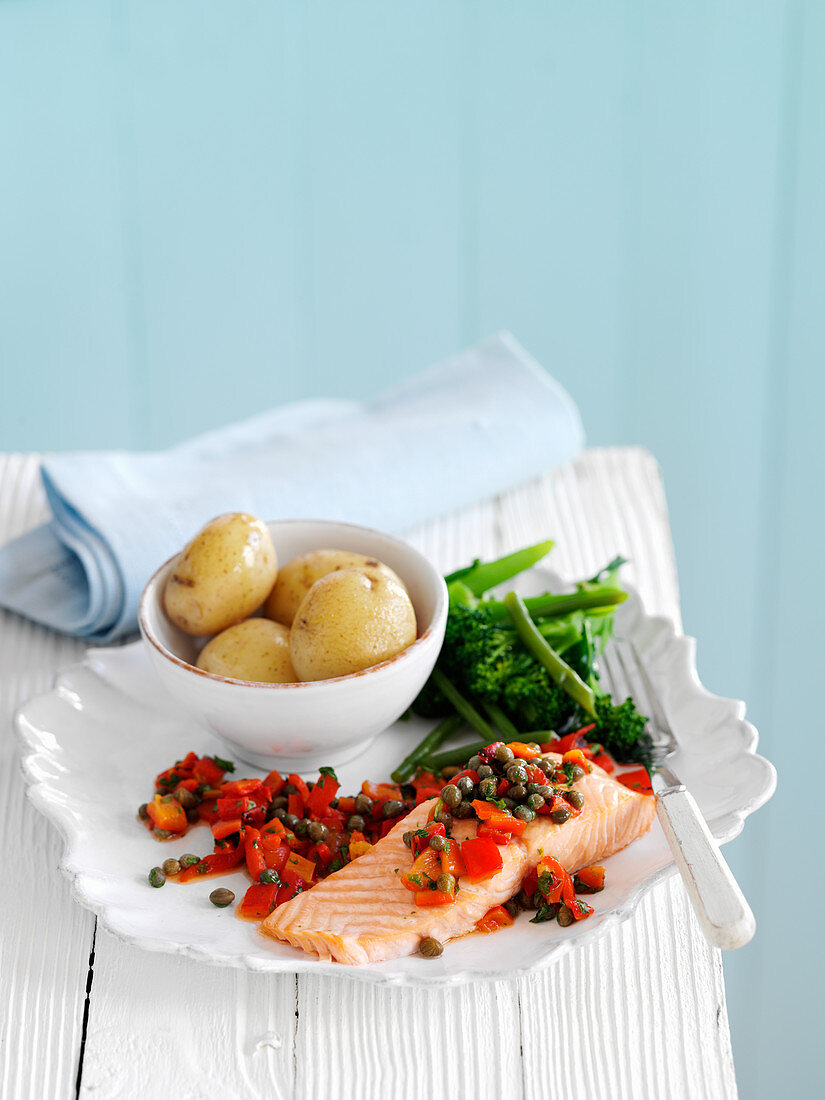 Salmon with capers, potatoes and broccoli