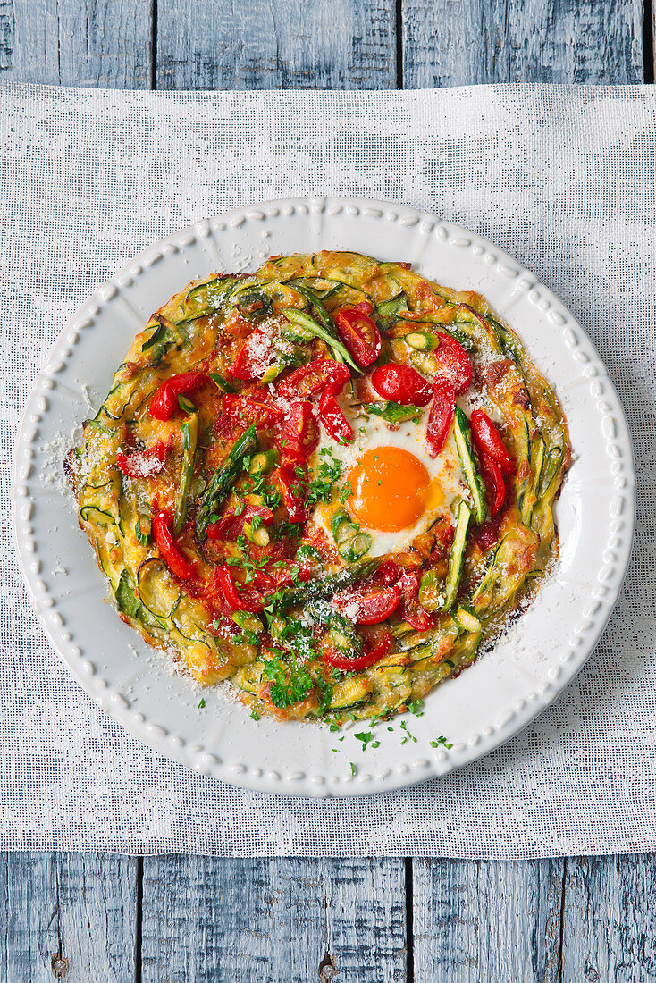 A courgette pizza with a fried egg