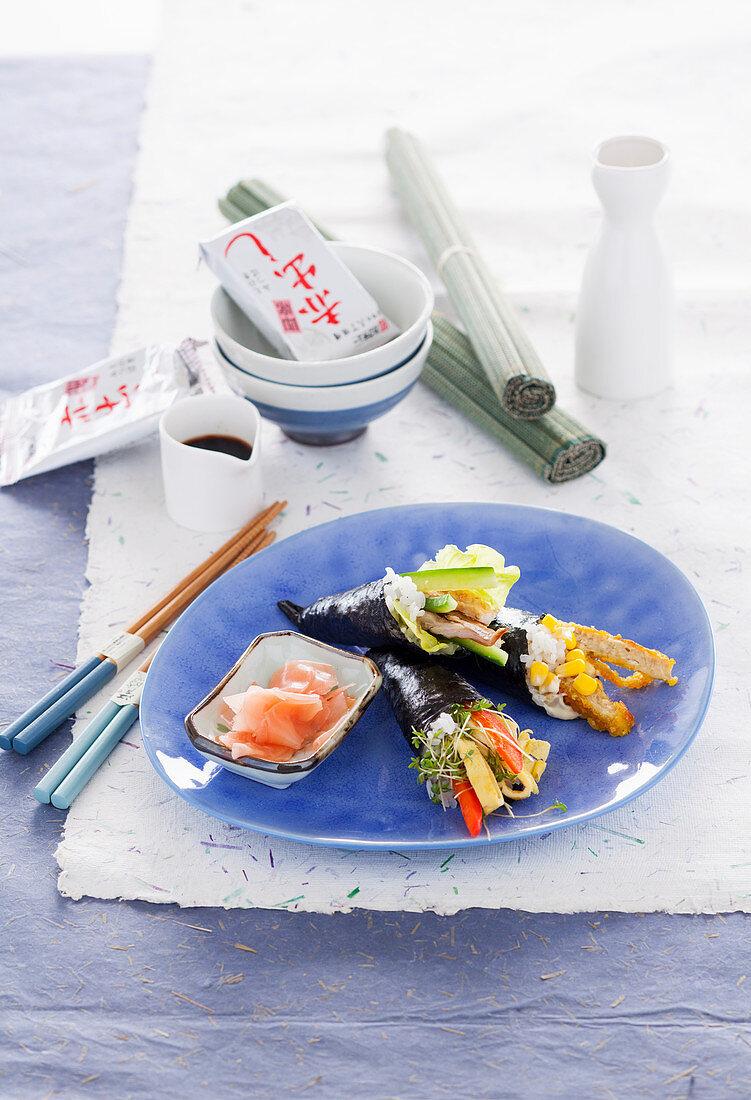 Temaki-Sushi mit Räuchermakrele und Gurke