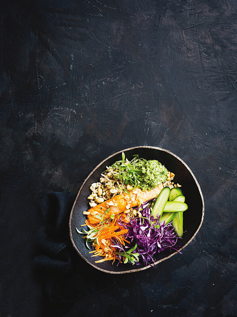 Power bowl with salmon, vegetables and pesto (Thailand)
