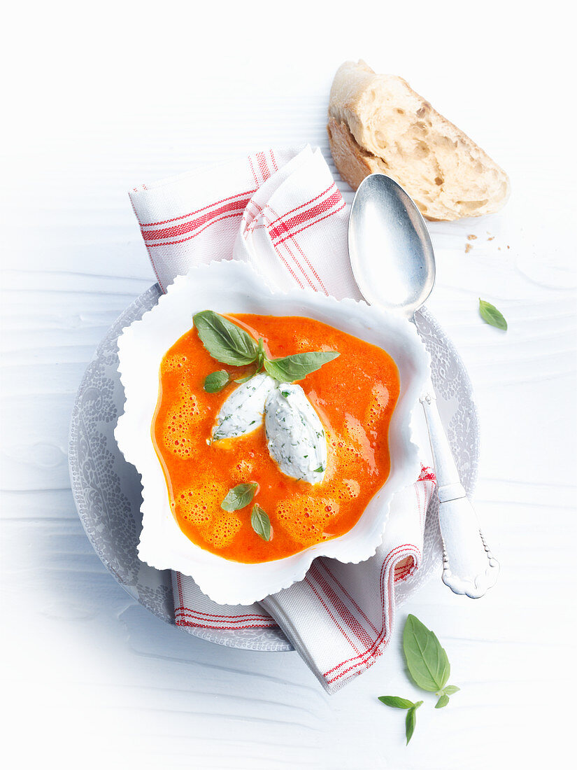 Pepper soup with cream cheese dumplings
