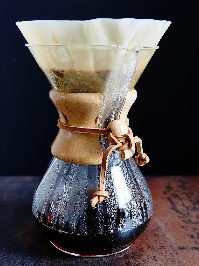 Zubereitung von Filterkaffee mit Chemex-Kaffeekaraffe